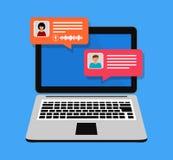 Pojęcie gadki online laptop z gawędzenie bąbla powiadomieniami Ludzie przesyłanie wiadomości na internecie również zwrócić corel  fotografia stock