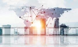 Pojęcie globalna komunikacja i networking z światową mapą nad pejzażem miejskim fotografia royalty free