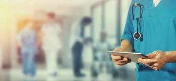 Pojęcie globalna medycyna i opieka zdrowotna Lekarka trzyma cyfrową pastylkę Diagnostycy i nowożytna technologia w szpitalu zdjęcia stock
