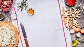 Pojęcie gotować surowego minced wołowiny podprawy cebulkowej nożowej pasty jajko siekającego pomidorowego kumberland na białej pi Zdjęcie Royalty Free