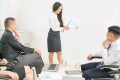 Pojęcie grupowi ludzie biznesu przy spotkaniem w biurze obrazy stock
