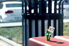 Pojęcie humanizująca postać robić AA baterii chwyty w rękach plakatowych z tekstem Żadny r Hałastry rouser protest ag Obrazy Royalty Free
