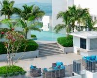 Pojęcie idealny egzota wakacje - odgórny widok piękny dachu wierzchołek z pływackim basenem, hol strefa, zieleni drzewa zdjęcia stock