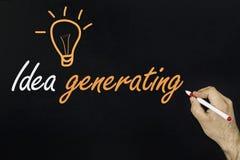 Pojęcie innowacja 2018 - żarówka i ręcznie pisany tekst na blackboard Zdjęcia Royalty Free