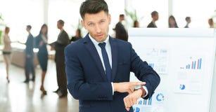 Pojęcie jest ochraniać twój czas biznesmen wskazuje jego zegarek Obraz Royalty Free
