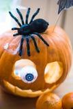 pojęcie kalendarzowej daty Halloween gospodarstwa ponury miniatury szczęśliwa reaper, stanowisko kosy Fotografia Stock