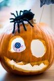 pojęcie kalendarzowej daty Halloween gospodarstwa ponury miniatury szczęśliwa reaper, stanowisko kosy Zdjęcia Stock
