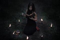 pojęcie kalendarzowej daty Halloween gospodarstwa ponury miniatury szczęśliwa reaper, stanowisko kosy Czarodziejka w czerni W wit Zdjęcia Royalty Free