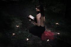 pojęcie kalendarzowej daty Halloween gospodarstwa ponury miniatury szczęśliwa reaper, stanowisko kosy Czarodziejka w czerni W wit Zdjęcia Stock