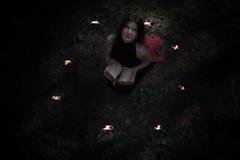 pojęcie kalendarzowej daty Halloween gospodarstwa ponury miniatury szczęśliwa reaper, stanowisko kosy Czarodziejka w czerni W wit Zdjęcie Stock