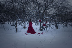 pojęcie kalendarzowej daty Halloween gospodarstwa ponury miniatury szczęśliwa reaper, stanowisko kosy Czarownica w czerwonej nocy Zdjęcie Stock