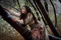 pojęcie kalendarzowej daty Halloween gospodarstwa ponury miniatury szczęśliwa reaper, stanowisko kosy Czarownica w drewno pośpiec Fotografia Stock
