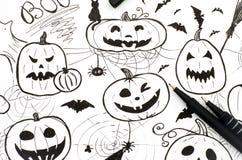 pojęcie kalendarzowej daty Halloween gospodarstwa ponury miniatury szczęśliwa reaper, stanowisko kosy Markier ręki rysunek z dwa  Obraz Stock
