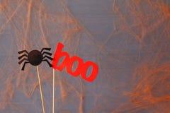 pojęcie kalendarzowej daty Halloween gospodarstwa ponury miniatury szczęśliwa reaper, stanowisko kosy Papierowy śmieszny pająk ok Obraz Royalty Free