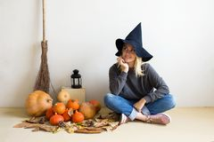 pojęcie kalendarzowej daty Halloween gospodarstwa ponury miniatury szczęśliwa reaper, stanowisko kosy Piękna blondynki dziewczyna zdjęcie stock
