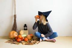 pojęcie kalendarzowej daty Halloween gospodarstwa ponury miniatury szczęśliwa reaper, stanowisko kosy Piękna blondynki dziewczyna obrazy royalty free