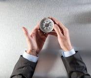 Pojęcie kariery eksploracja dla biznesmena wręcza trzymać kompas zdjęcie royalty free