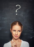 Pojęcie kobieta i znak zapytania rysujący w kredzie na blackboard Obraz Royalty Free