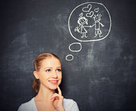 Pojęcie. kobieta marzy o miłości i małżeństwa rysunku na kredzie Zdjęcie Stock