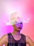 Pojęcie kobiety i wody chełbotanie na górze Jej głowy Zdjęcie Stock