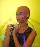 Pojęcie kobiety i wody chełbotanie na górze Jej głowy Obrazy Stock