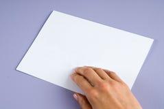 Pojęcie kobiety ręka przedstawia pustą biel kartę. Obraz Royalty Free