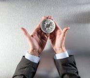 Pojęcie korporacyjna eksploracja dla biznesmena wręcza trzymać kompas fotografia royalty free