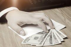 Pojęcie korupcja, łapówkarstwo, prawo i pieniądze, Ciemny biznes Biznesmen otrzymywa pieniądze w kopercie Łapówka w formie fotografia stock