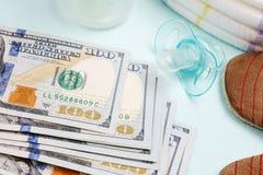 Pojęcie koszty i wydatek dla potrzeb nowonarodzony dziecko lub niemowlak obraz stock