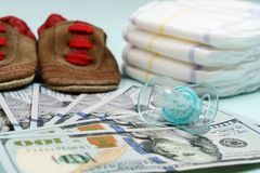 Pojęcie koszty i wydatek dla potrzeb nowonarodzony dziecko lub niemowlak obrazy stock