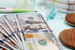 Pojęcie koszty i wydatek dla potrzeb nowonarodzony dziecko lub niemowlak zdjęcie royalty free