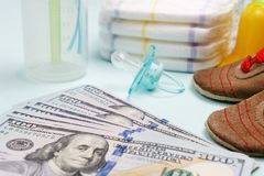 Pojęcie koszty i wydatek dla potrzeb nowonarodzony dziecko lub niemowlak zdjęcia royalty free