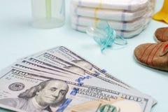 Pojęcie koszty i wydatek dla potrzeb nowonarodzony dziecko lub niemowlak obrazy royalty free