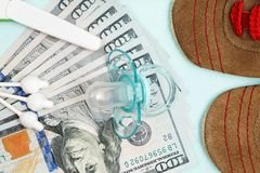 Pojęcie koszty i wydatek dla potrzeb nowonarodzony dziecko lub niemowlak zdjęcie stock