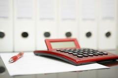 Pojęcie księgowego biurko z kalkulatorem, pióro, dokument Zdjęcia Royalty Free