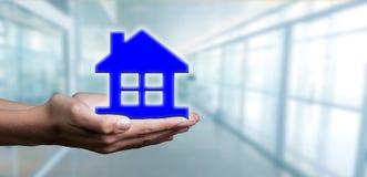 Pojęcie kupienie i wynajmowanie mieści i domy obrazy royalty free