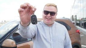 Pojęcie kupienie i wynajmowanie samochód Szczęśliwy mężczyzna z samochodów kluczami blisko sala wystawowej zbiory