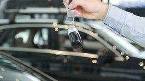 Pojęcie kupienie lub wynajmowanie samochód Ręka z kluczami od nowego samochodu zdjęcie wideo