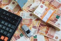 Pojęcie kupienie samochód i własność: układ dom, maszyna do pisania, kalkulator i sterta Rosyjscy ruble w bank, fotografia royalty free