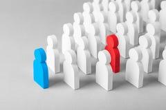 Pojęcie lider biznesowa drużyna wskazuje kierunek ruch w kierunku celu Tłum mężczyzna iść dla lidera zdjęcia stock