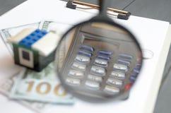 Pojęcie lokalowy pożyczanie Pieniądze, kalkulator, zabawka dom Fotografia Stock