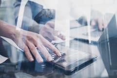 Pojęcie ludzie biznesu używa mobilnego gadżet Ikona i diagramm na ekranie Zbliżenie żeńskiej ręki pastylki wzruszający pokaz Zdjęcia Stock