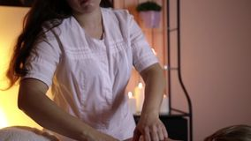 Pojęcie masaż Pięknej młodej kobiety odbiorczy zdrowie, leczniczy masaż zdjęcie wideo