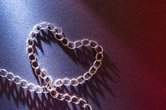 pojęcie miłość i ludzcy związki Kształt robić od żelazo łańcuchu serce obrazy stock