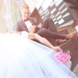 Pojęcie miłość panna młoda, pan młody happy Fotografia z kopii przestrzenią fotografia royalty free