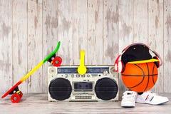 Pojęcie muzyczni hip hop sporty i styl Rocznika audio gracz z hełmofonami, modną nakrętką, sneakers i koszykówki b, fotografia royalty free