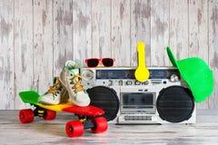 Pojęcie muzyczny hip hop styl Rocznika audio gracz z hełmofonami Deskorolka, modna nakrętka i okulary przeciwsłoneczni, zdjęcie stock