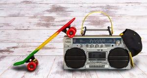Pojęcie muzyczny hip hop styl Rocznika audio gracz z hełmofonami Deskorolka, modna nakrętka i okulary przeciwsłoneczni, Zdjęcia Royalty Free