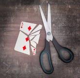 Pojęcie nałóg, karta z nożycami Obrazy Stock