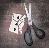 Pojęcie nałóg, karta z nożycami Obraz Royalty Free